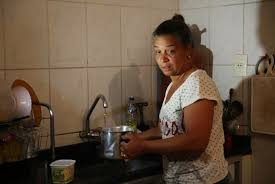 Mulheres trabalham o dobro do que homens em casa, aponta IBGE